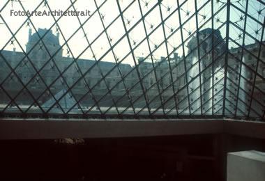 Piramide del Louvre (interno)