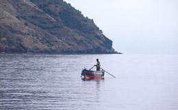 Lipari: un pescatore in barca