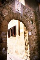 Arco di ingresso sovrastato dallo stemma dei Perollo
