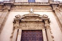 Particolare del portale settecentesco riccamente decorato