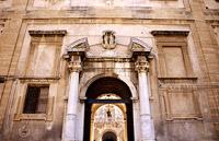 Particolare del portale posto sul fronte laterale in via Roma