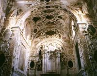 Interno barocco della chiesa decorato a stucchi